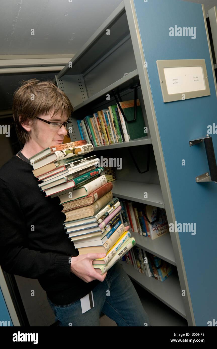 Collecter des livres l'homme à partir des archives de la Bibliothèque nationale du Pays de Galles Photo Stock