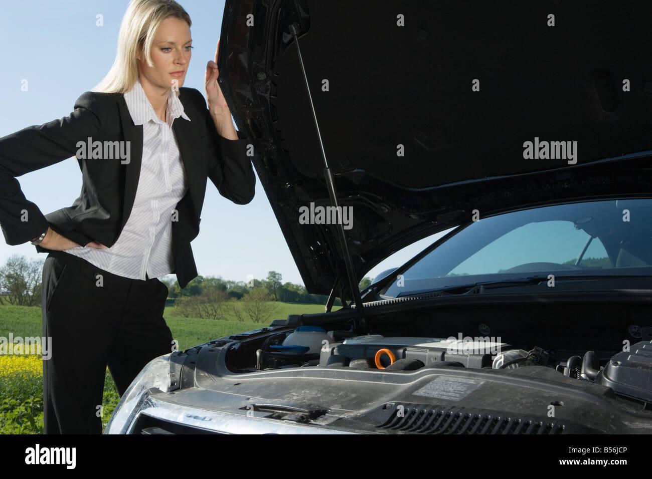 Une femme ayant des problèmes d'automobile Photo Stock