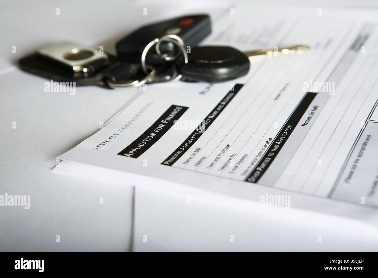 Des clés de voiture et un formulaire de demande Photo Stock