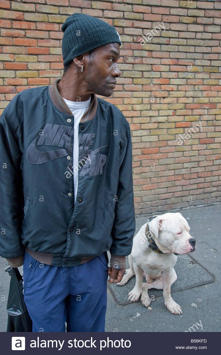 Un homme avec son grand Staffordshire Bull Dog, sur le marché de l'Hoxton, Hackney est de Londres. Photo Stock
