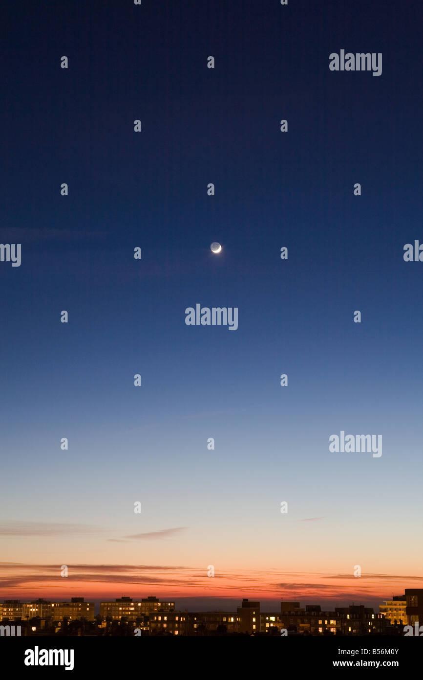 Lune dans le ciel au-dessus de Hove Photo Stock