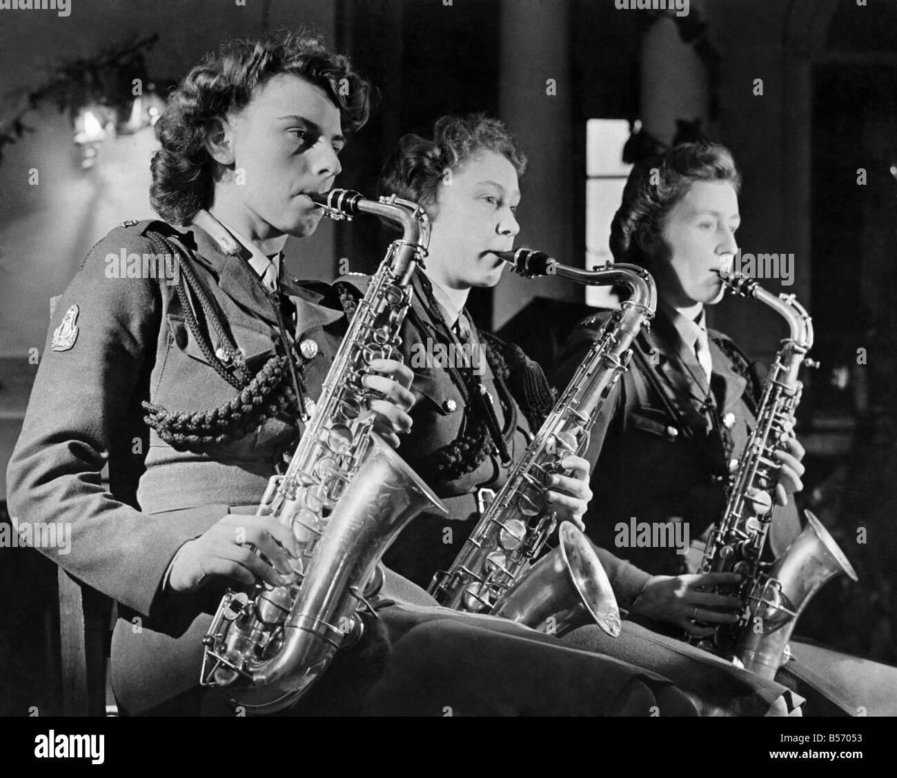 La Seconde Guerre mondiale, des femmes. Trois fois le Sax. Trois Sax de joueurs de l'orchestre de danse ATS Photo Stock