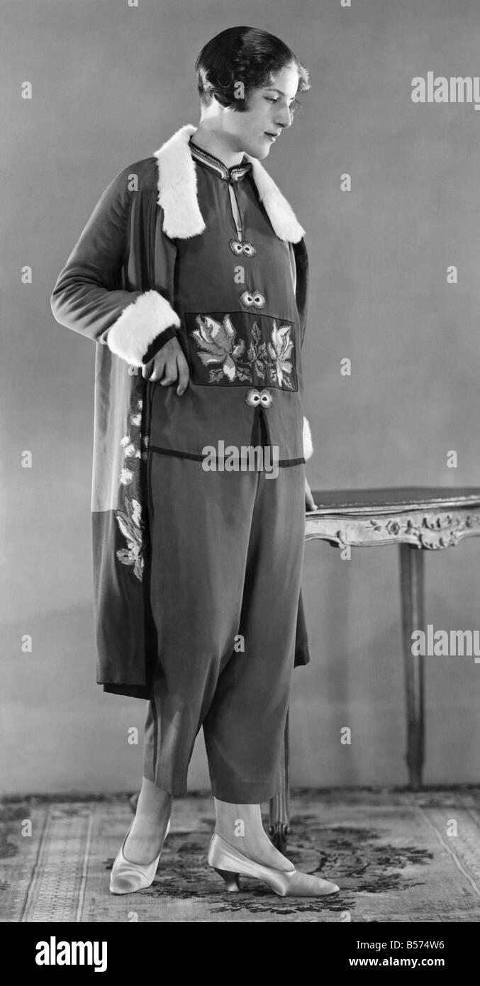 Tailleur pantalon brodé portant modèle avec des trois quarts manteau longueur . Mars 1926 P008625 Photo Stock