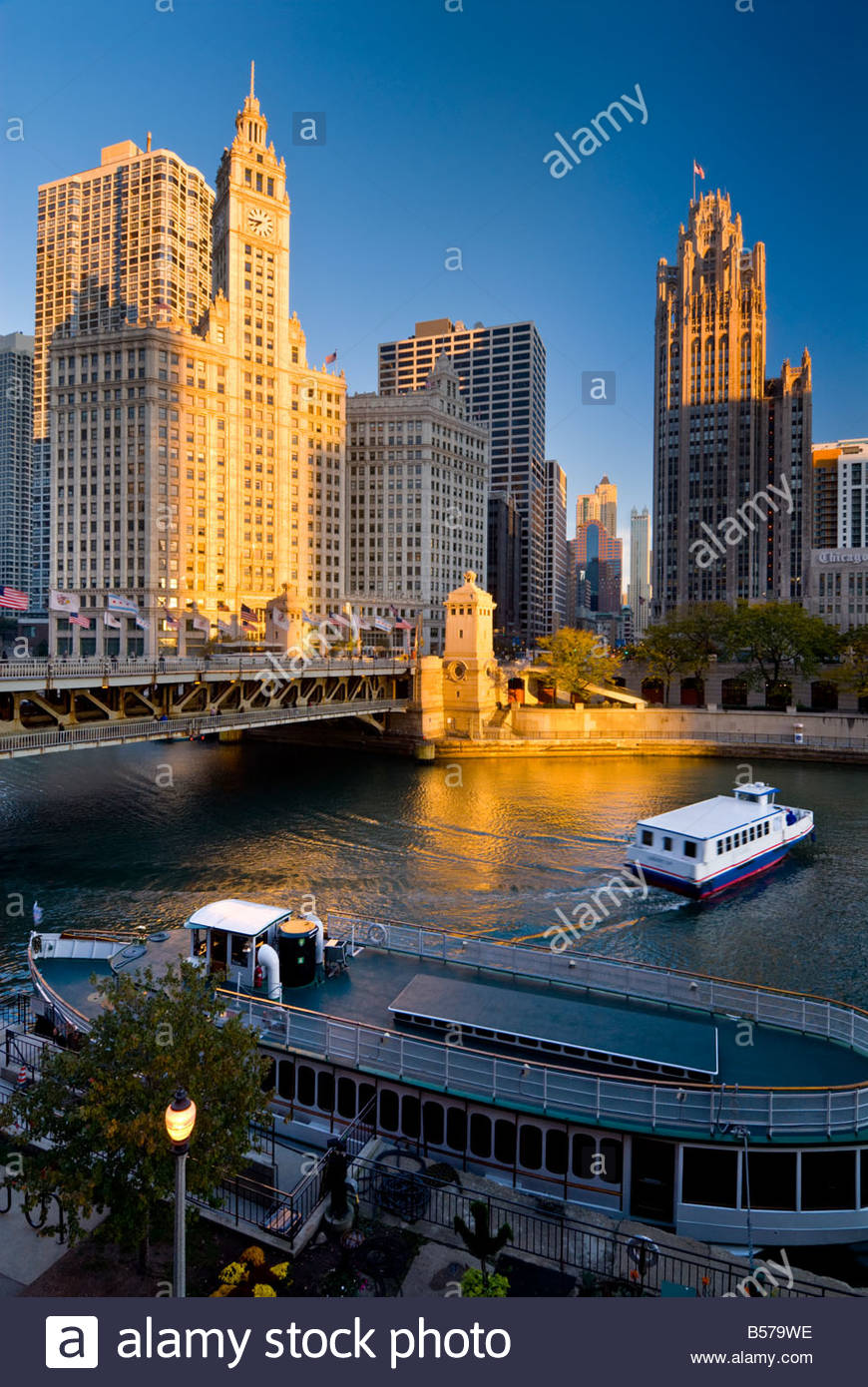 Les bateaux d'excursion sur la rivière Chicago, sous le Wrigley building sur North Michigan Avenue, Chicago, Illinois, Banque D'Images