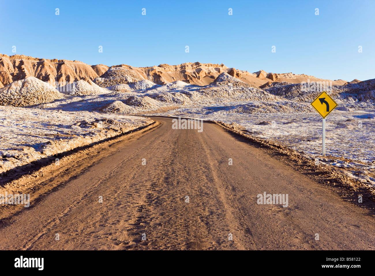 Route à travers la Valle de la Luna (vallée de la lune), Désert d'Atacama, Norte Grande, Chili, Photo Stock