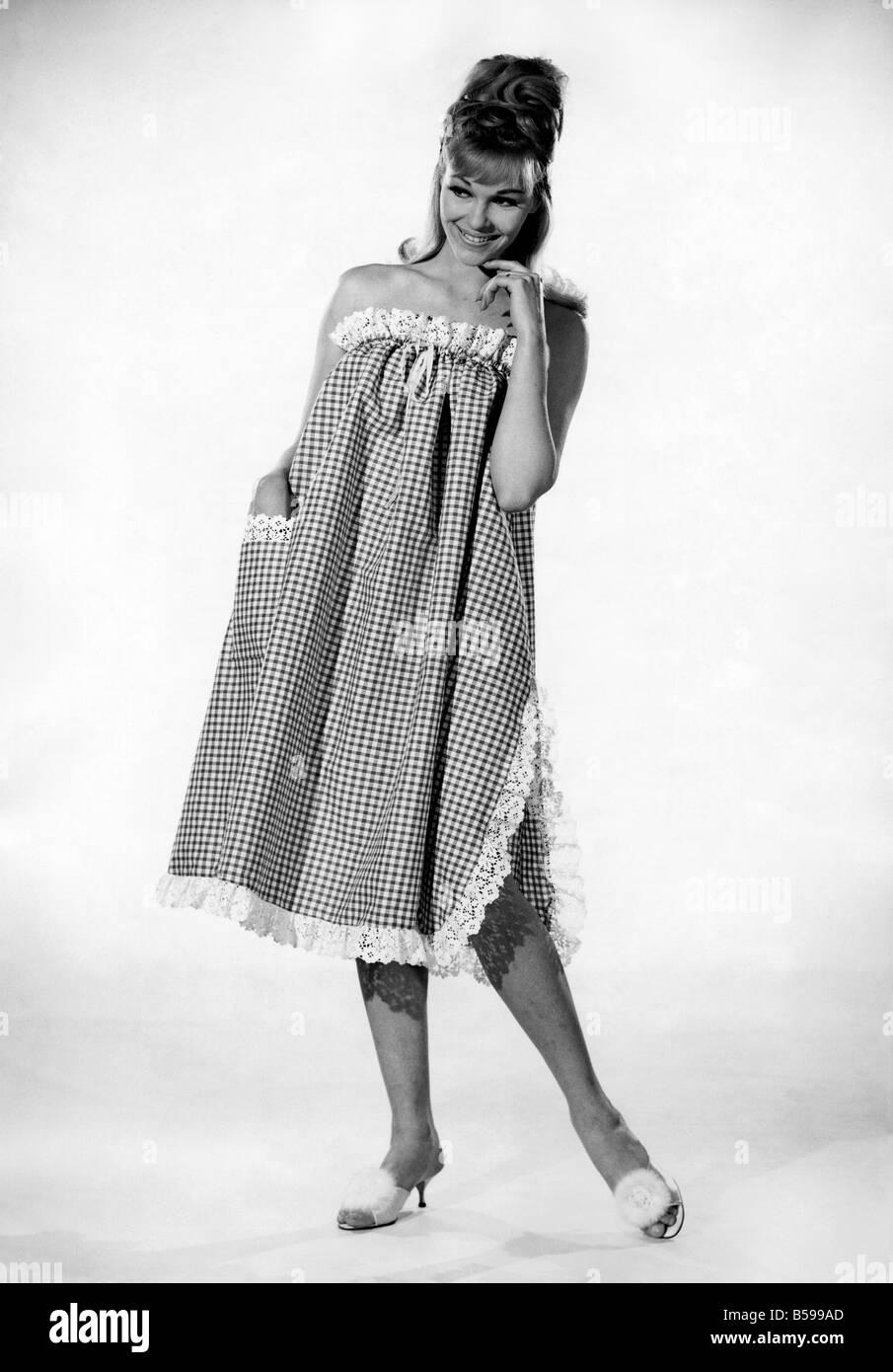 La Diane Fashions: Waring. portant une robe de nuit longueur trois-quarts. Août 1964 P007605 Photo Stock
