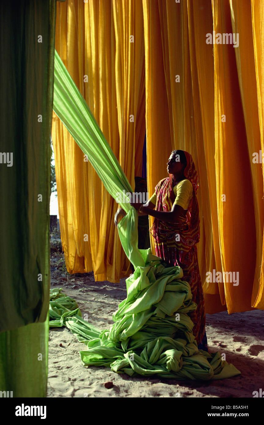 Femme travaillant avec les textiles, Ahmedabad, Gujarat, Inde Photo Stock