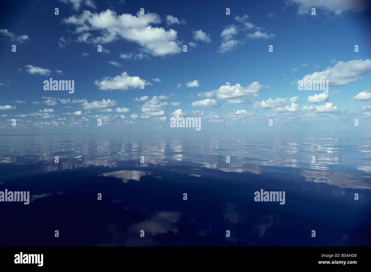 Réflexions de nuages blancs et ciel bleu dans l'eau de l'océan Indien aux Maldives, l'Océan Indien Banque D'Images