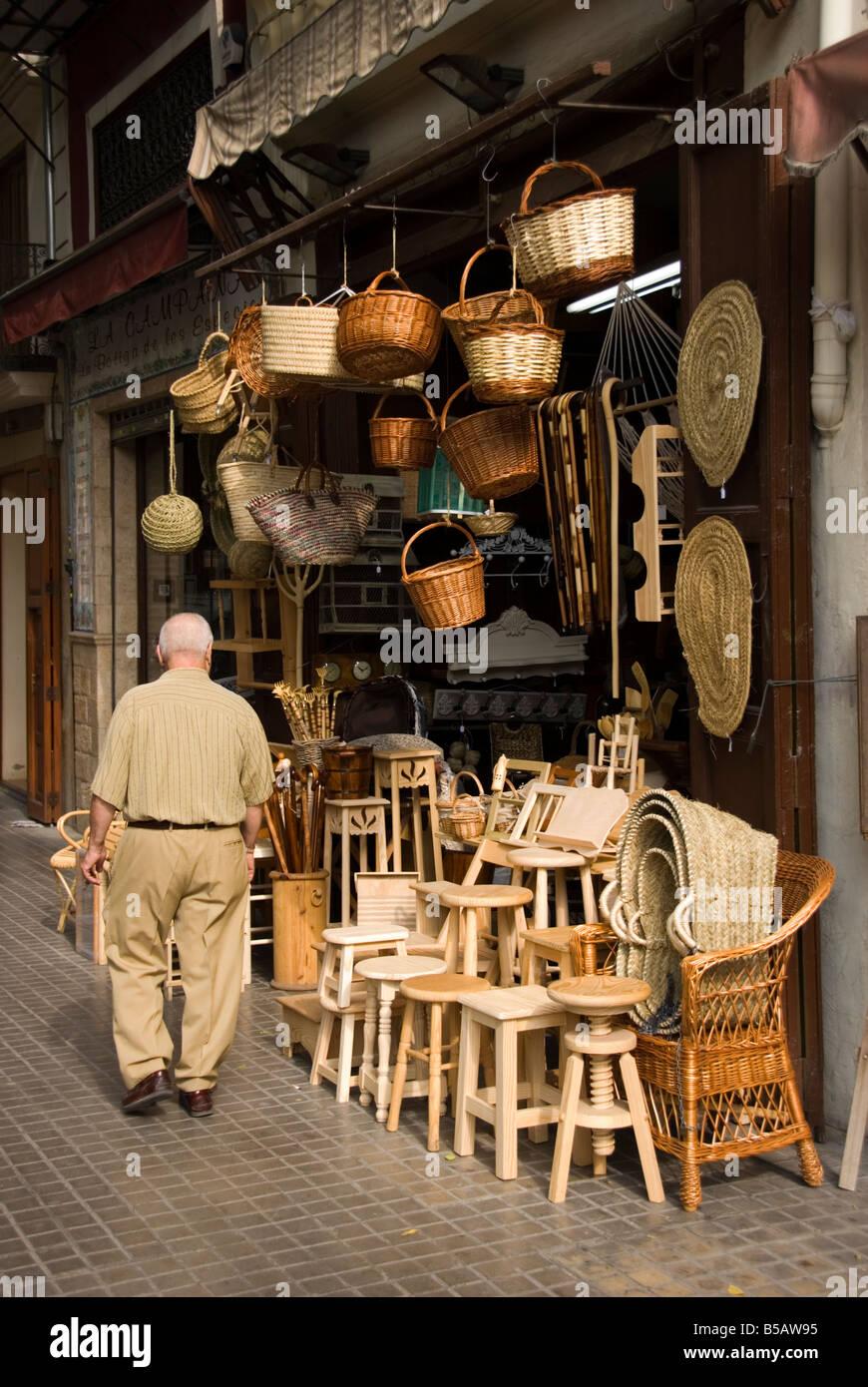 Magasin De Vente D Artisanat Et De Meubles En Bois Vannerie Dans Le Centre Ville De Valence Dans La Region De Valence De L Espagne Photo Stock Alamy