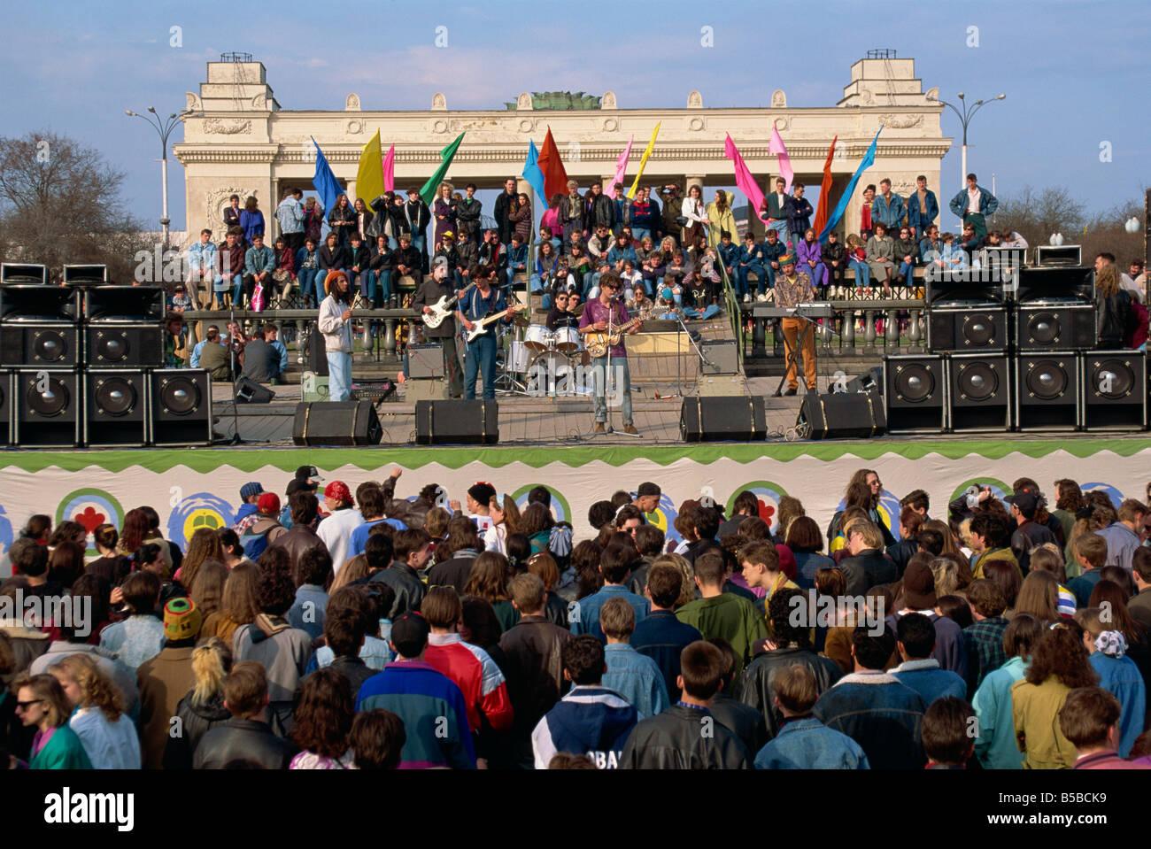 La foule à un concert au cours du Festival le jour de la Terre dans le Parc Gorky à Moscou Russie G Hellier Photo Stock