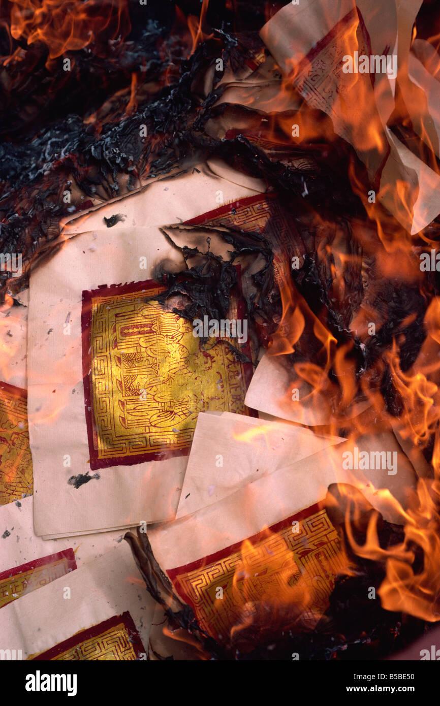 L'argent céleste sur le feu lors de funérailles de la rue de Pékin, Chinatown, Singapour, en Photo Stock