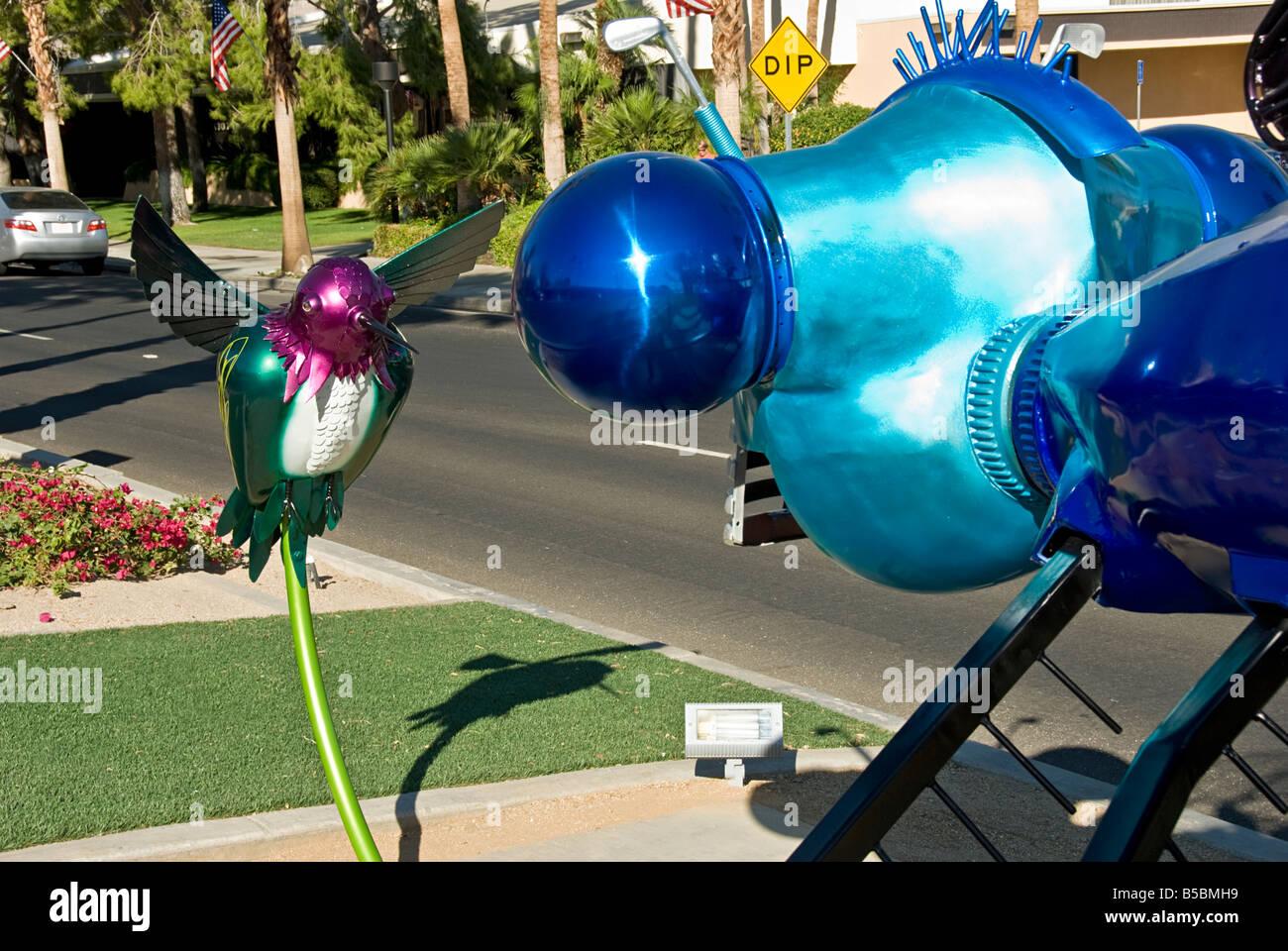 Palm Desert CA El Paseo Drive greenway Humming Bird Art contemporain sculpture Dragon fly amusant pour collectionneurs, Photo Stock