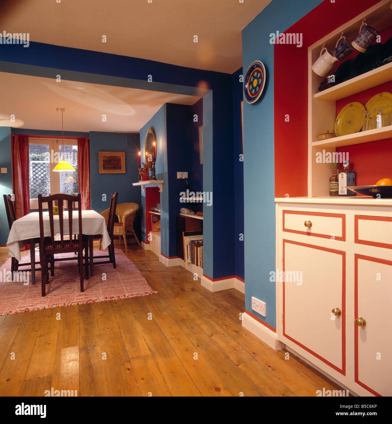 Parquet en bois vernis en bleu salle à manger avec étagères ...