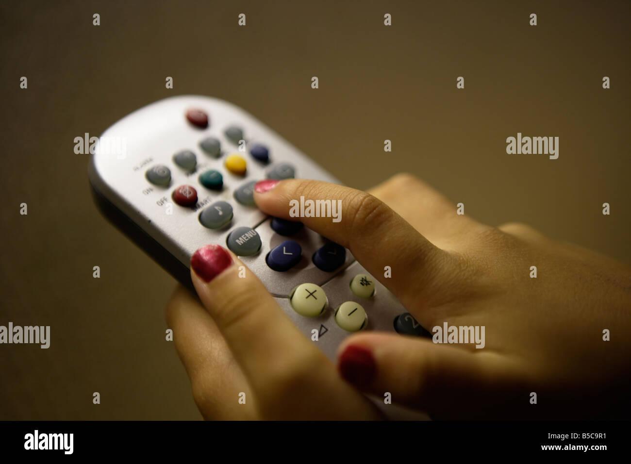 Fille avec boutons TV 6 6 ans Banque D'Images