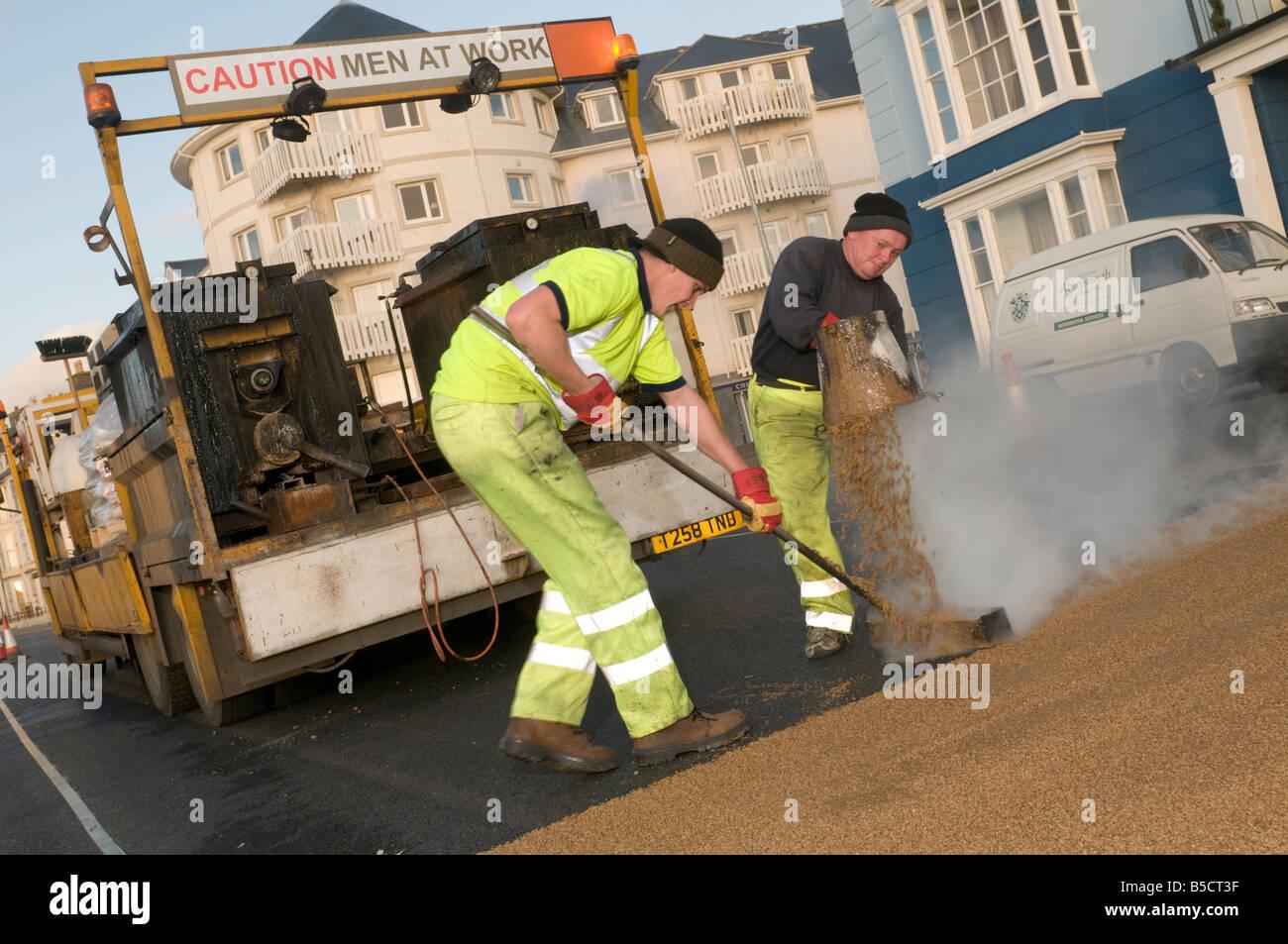 """Deux hommes portant de friction élevé résistant anti skid surface routière """"attention les Photo Stock"""