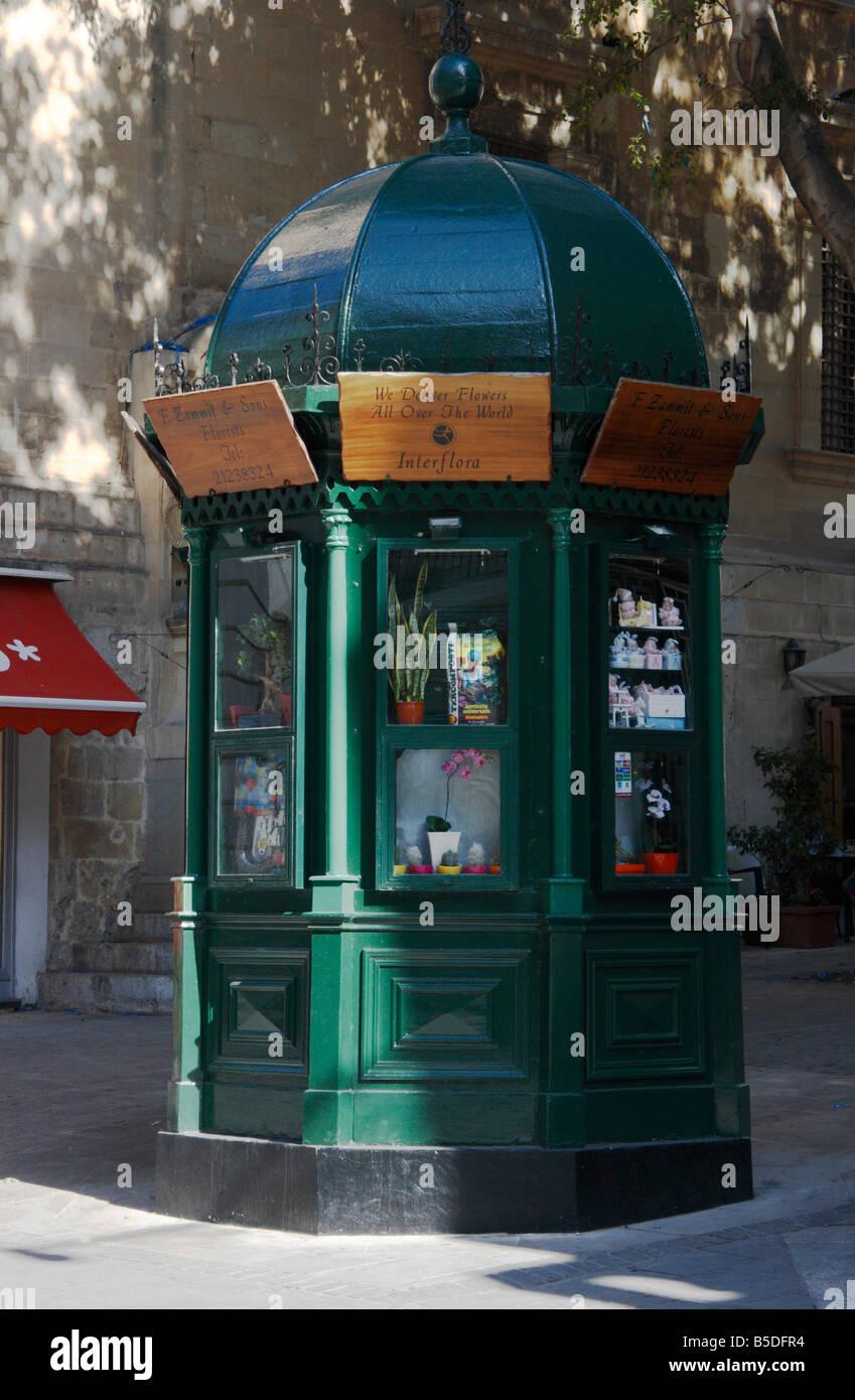 Kiosque En Bois Hexagonal kiosque hexagonal photos & kiosque hexagonal images - alamy