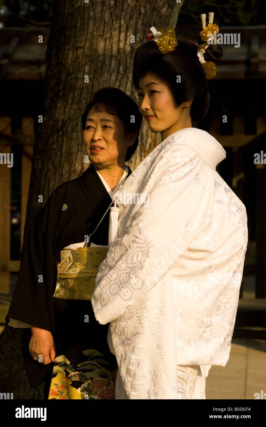 La mariée porte une robe de mariage traditionnel japonais au temple Meiji à  Tokyo, Japon.