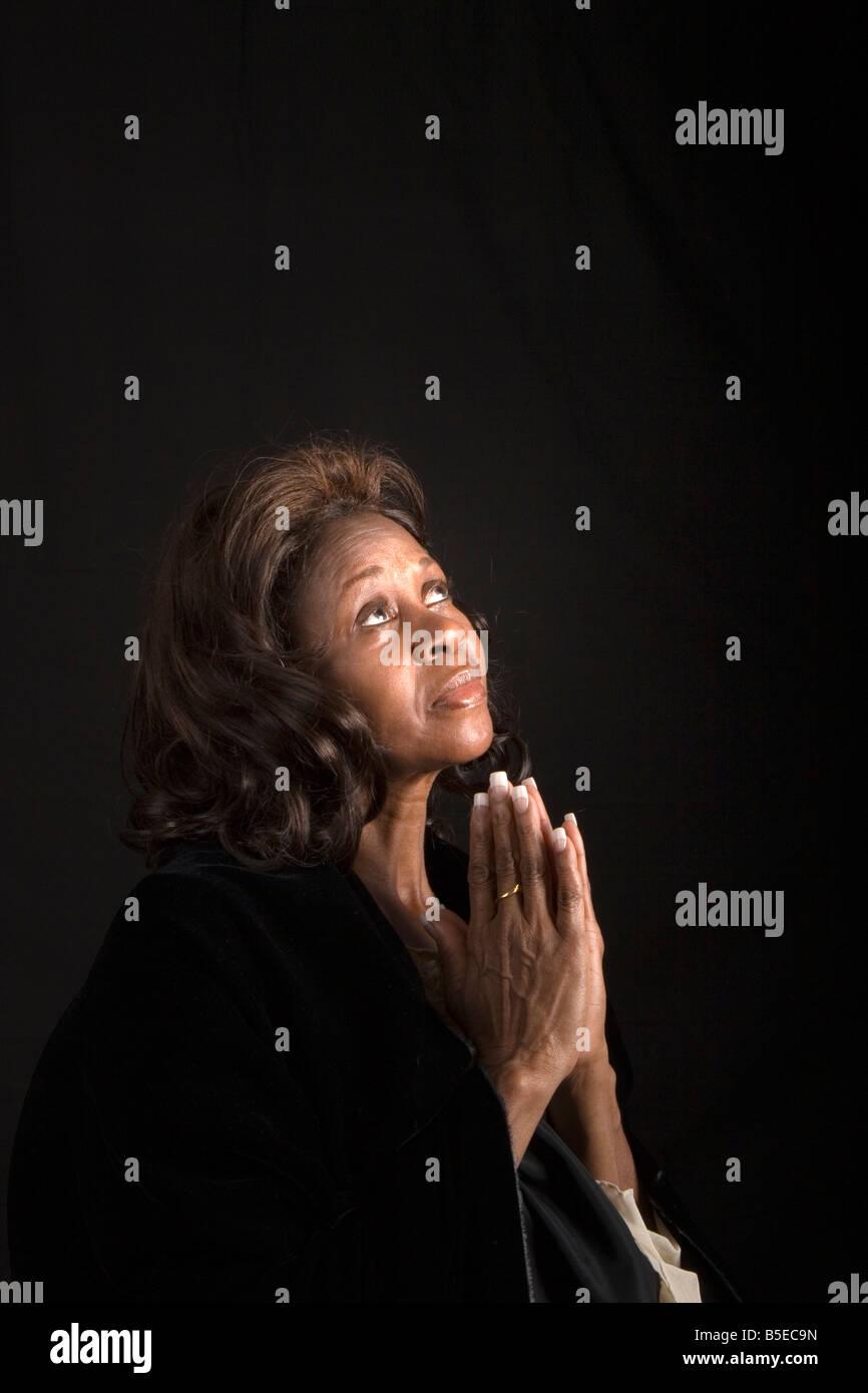 Une femme spirituelle à la recherche de ciel et de prier Photo Stock