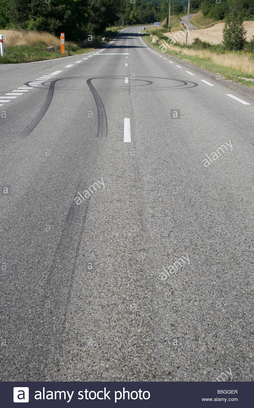 Marques de dérapage des pneus sur la voie publique Photo Stock