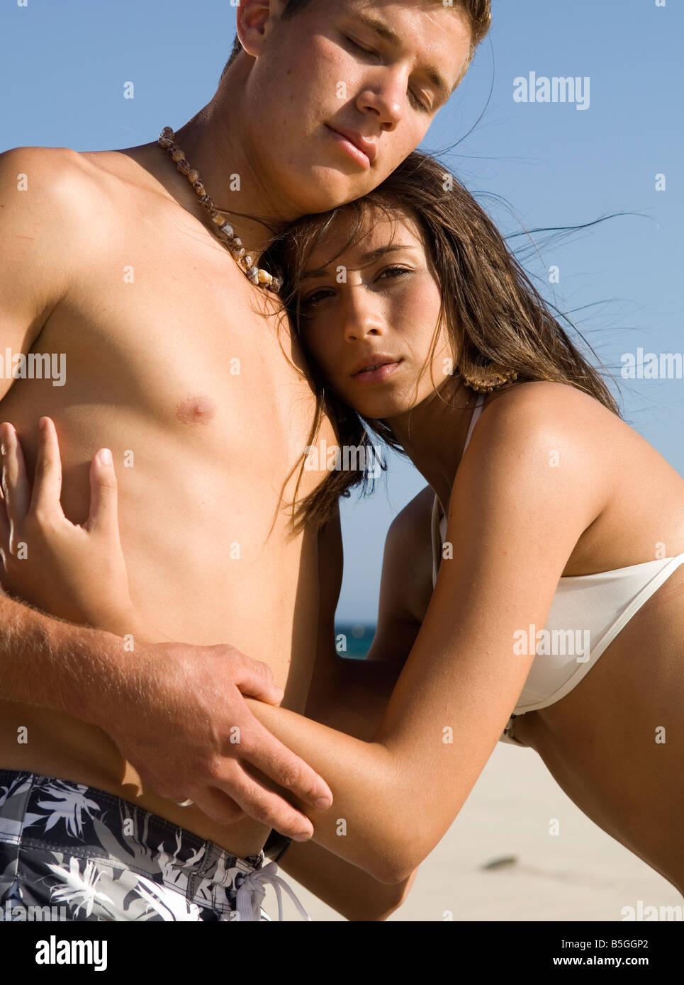 Les jeunes amoureux hugging Photo Stock