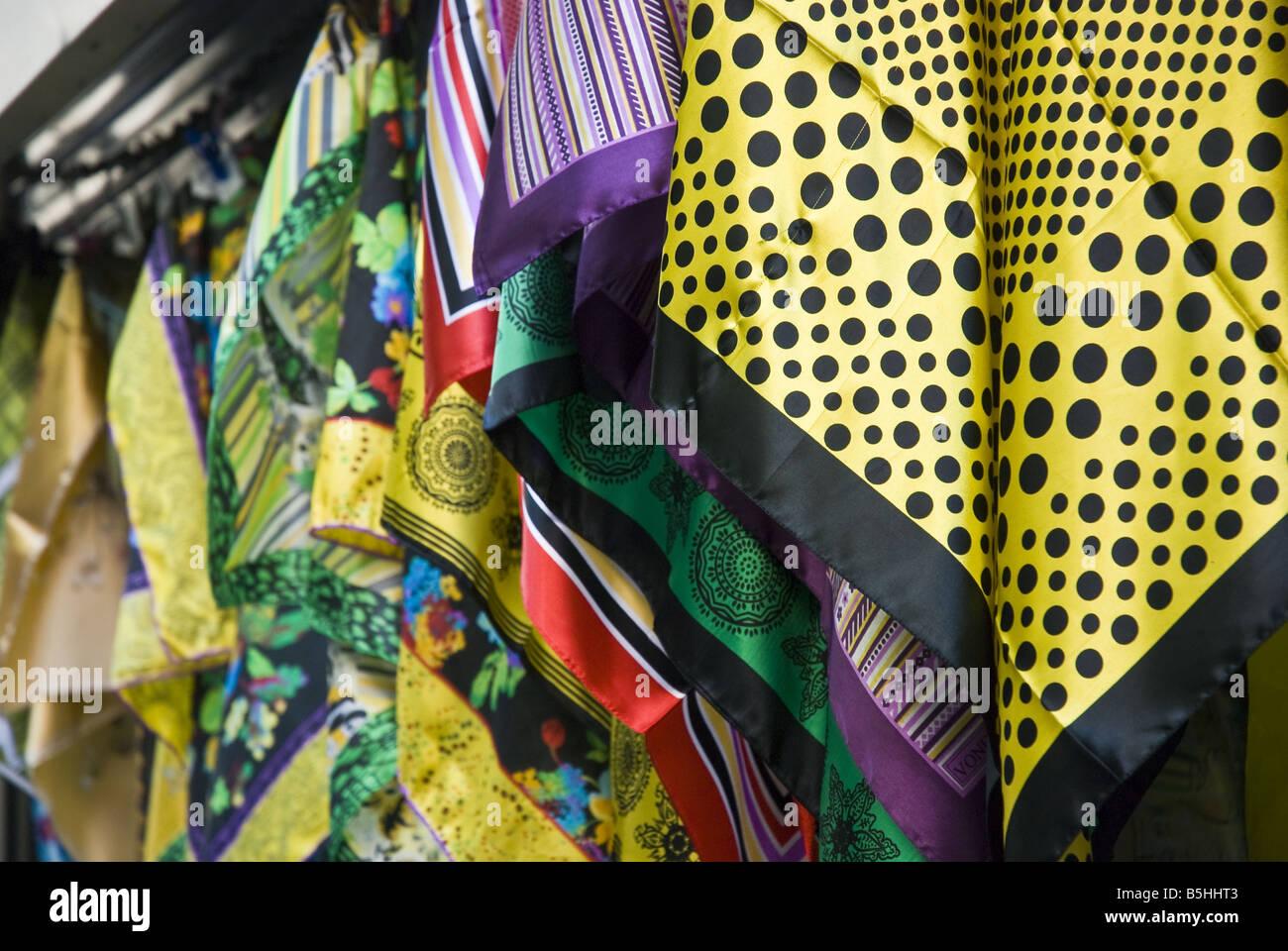 0bdaa2cd5b89 Foulards en soie en vente dans le Grand Bazar à Istanbul, Turquie ...