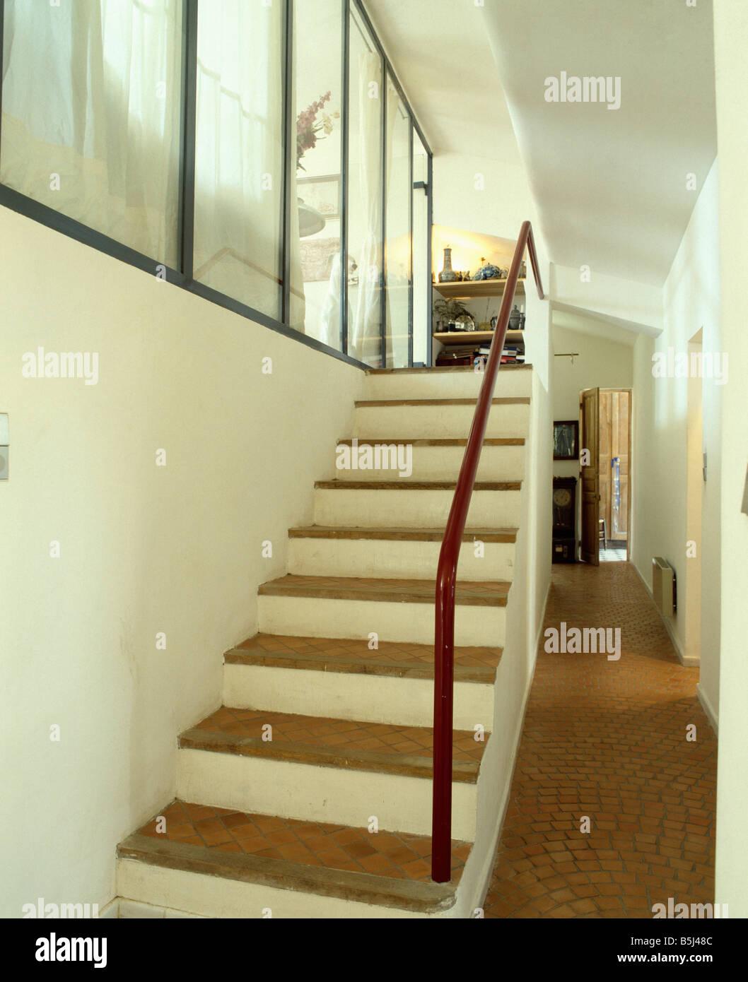 Peindre Un Escalier Carrelé sol carrelé en terre cuite marche sur escalier dans white