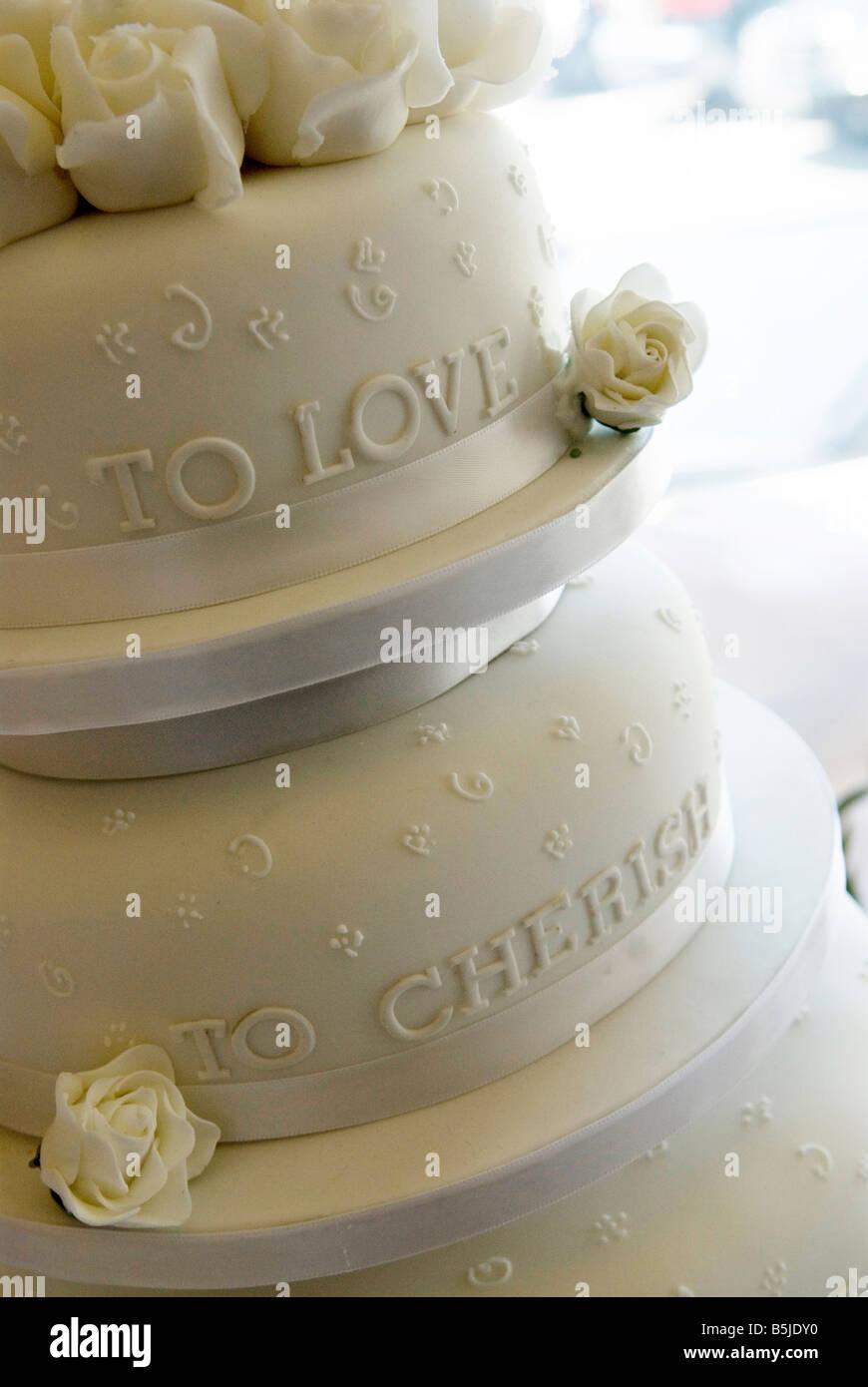 """Gâteau de mariage avec les mots """"à l'amour d'aimer' Photo Stock"""