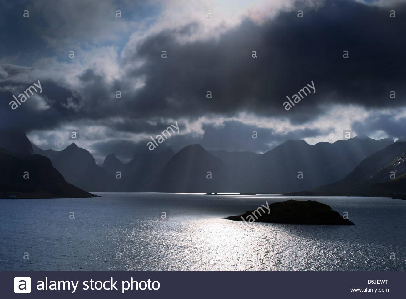 Ciel orageux, îles Lofoten, Norvège. Photo Stock