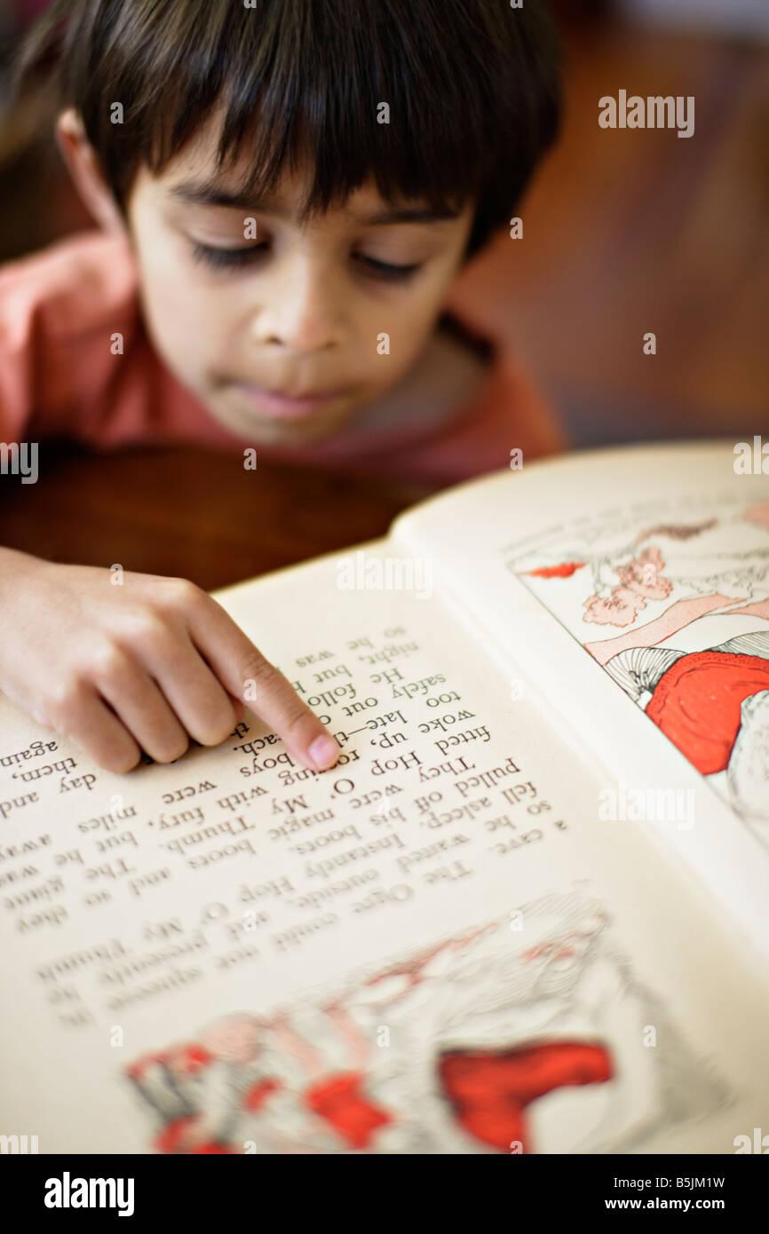 Six ans points à mots en réserve comme il apprend à lire Photo Stock