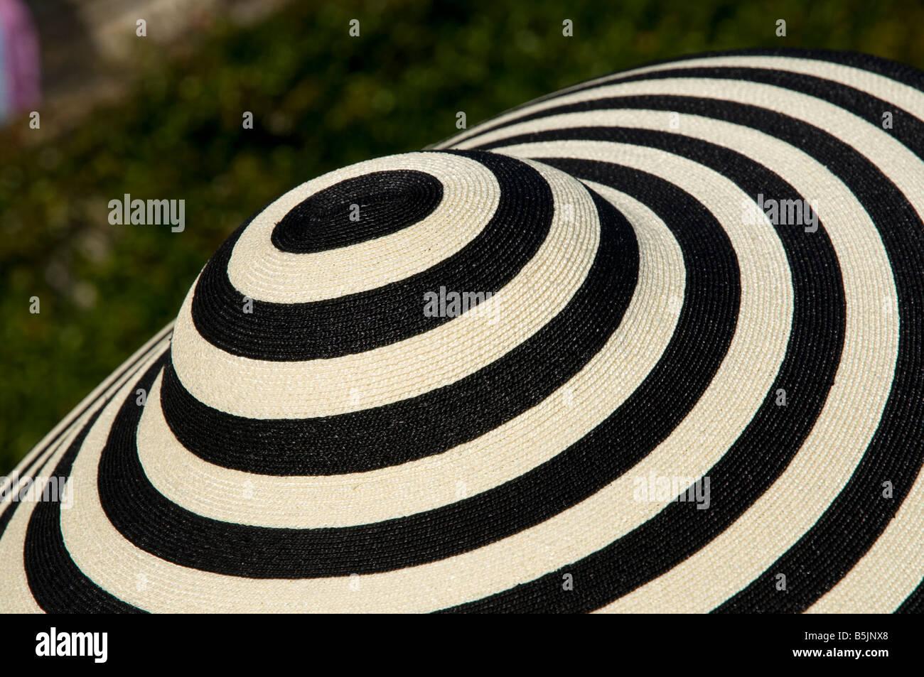 La Femme au chapeau de créateur d'événement, la société England UK Photo Stock