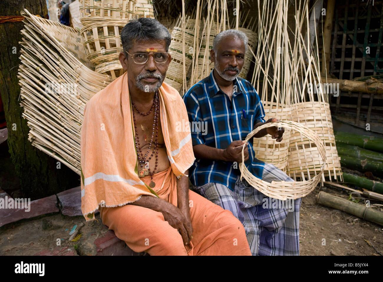 M. Rajindra survivant du tsunami Velipalayam Anciens Chef de groupe d'entraide pour le tissage de bambou organise Photo Stock