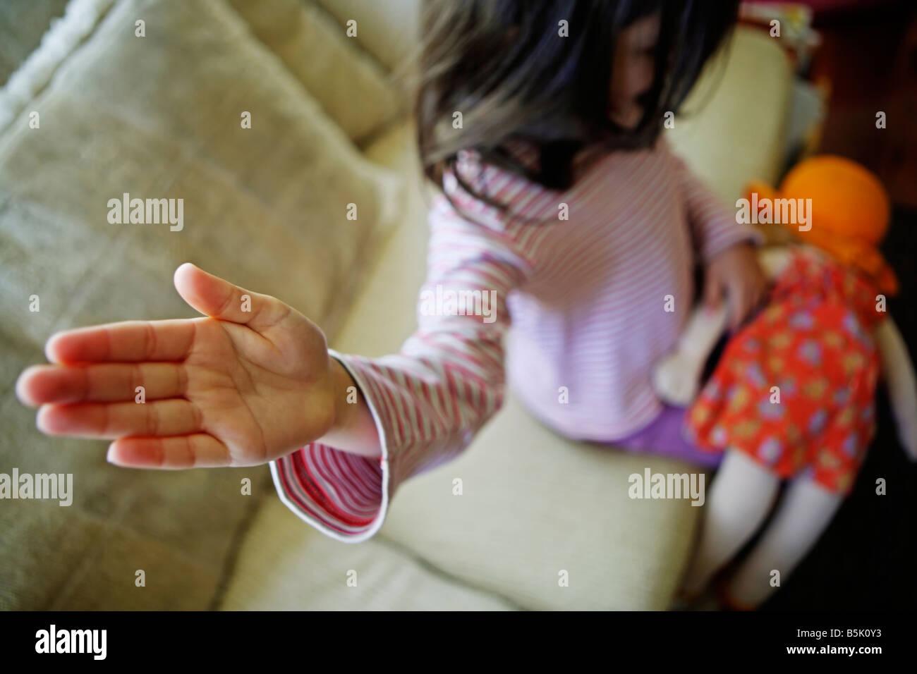 Petite fille de cinq ans a des relents doll Banque D'Images