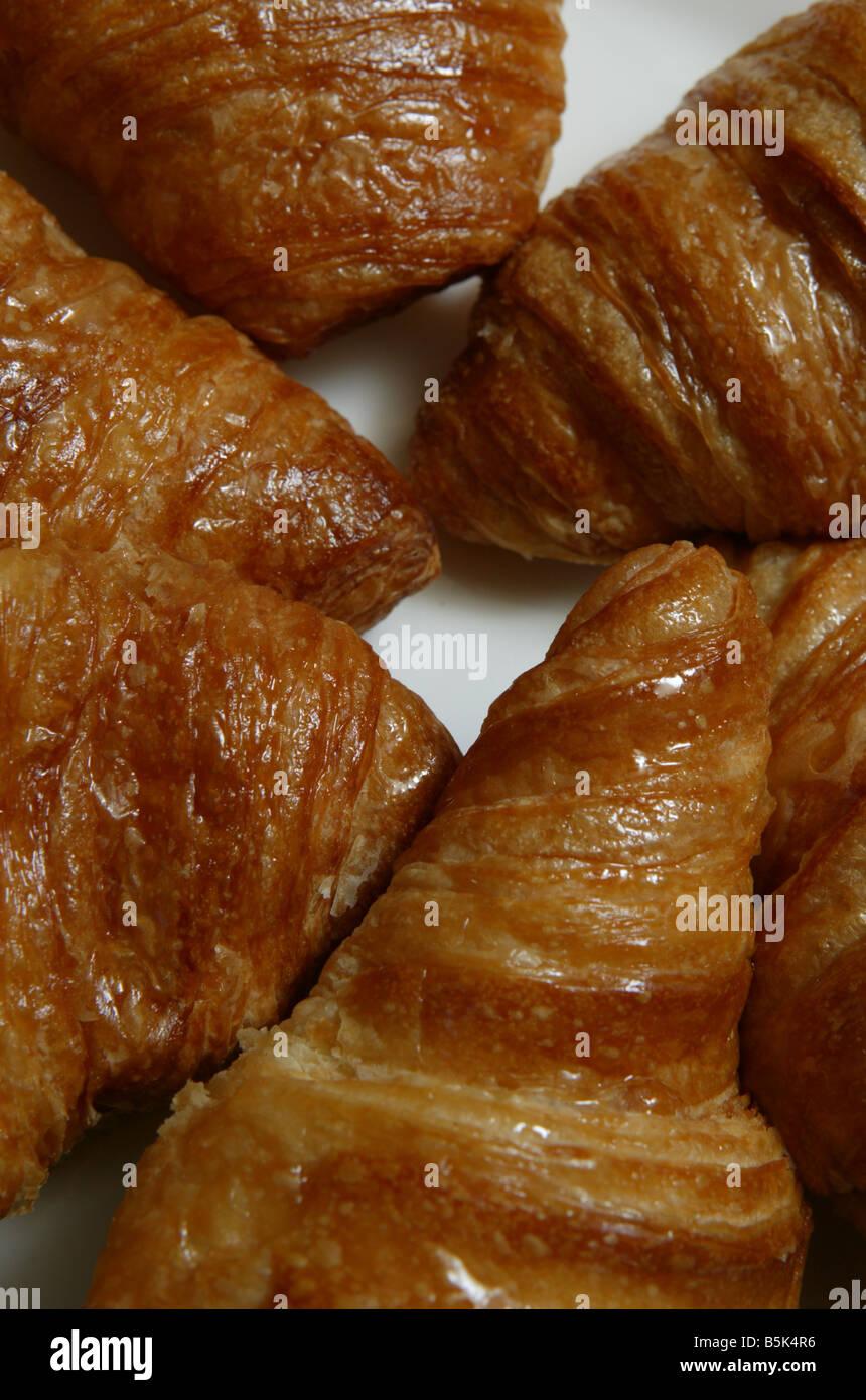 Detail close up de croissants posés sur une assiette blanche en forme circulaire Photo Stock