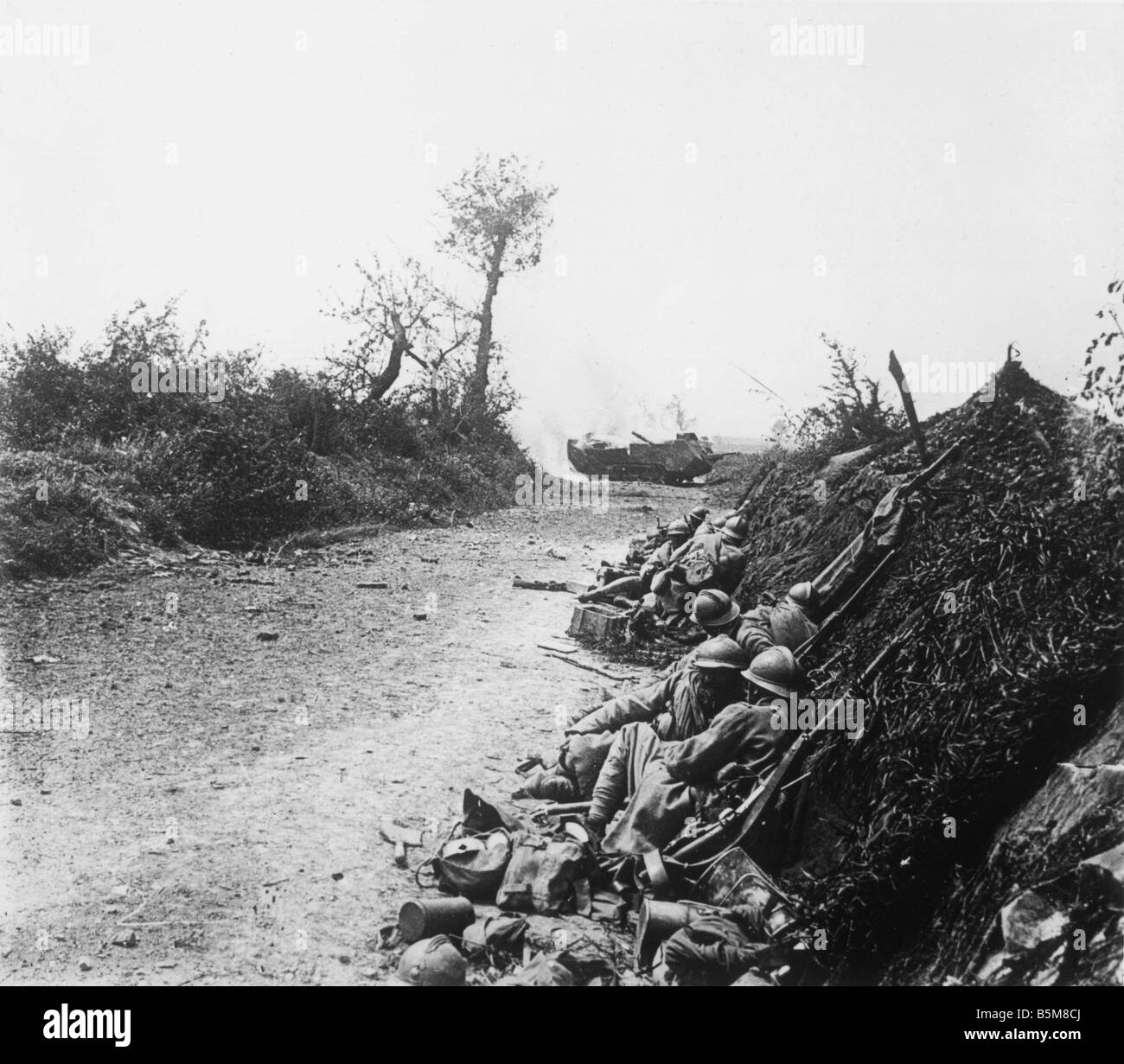2 G55 F1 1916 20 E LA PREMIÈRE GUERRE MONDIALE Soldats français se mettre à couvert de la PREMIÈRE Photo Stock