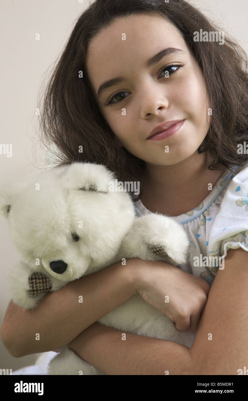 A little girl holding a teddy bear Banque D'Images