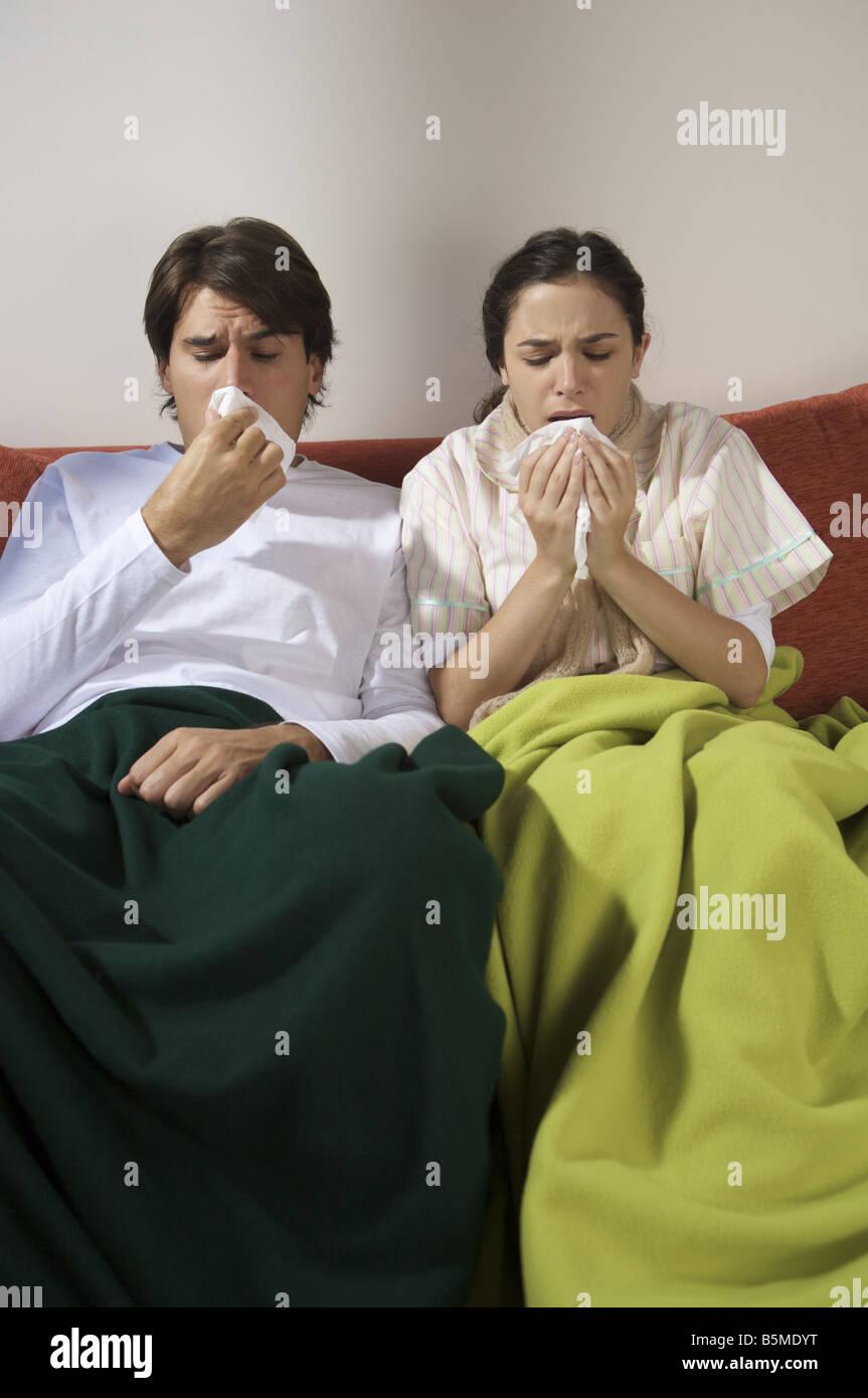 Un couple sur un canapé Banque D'Images