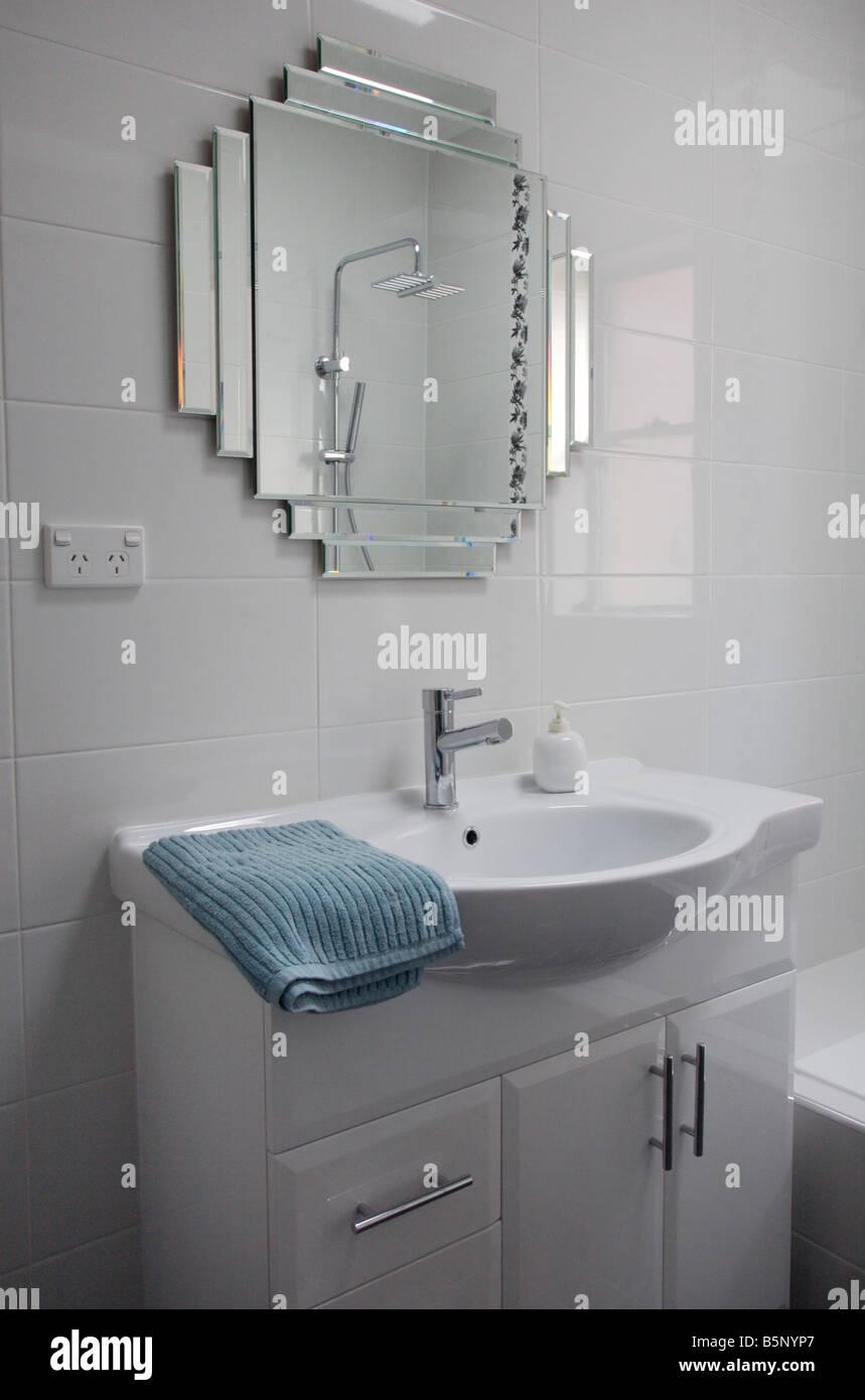 Salle de bains de style Art déco moderne avec bassin robinet ...