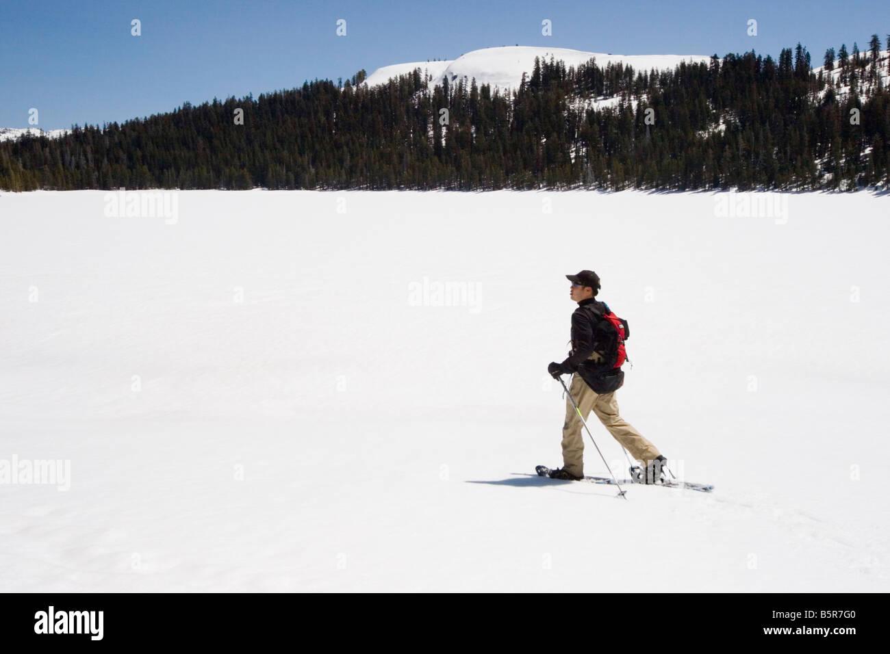 La raquette sur le lac alpin près de Bear Valley dans les montagnes de la Sierra Nevada, comté d'Alpine, Photo Stock