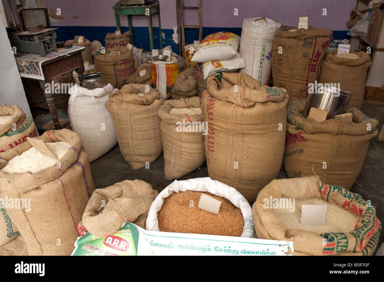 Le riz et le millet (ragi) pour la vente dans un magasin de Pondichéry en Inde. Photo Stock