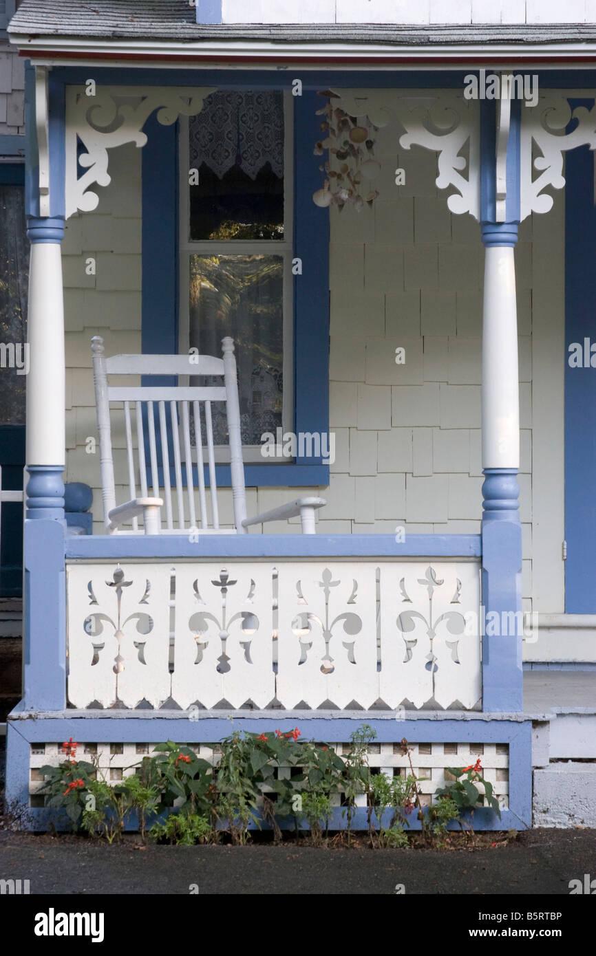 Le Porche D Une Maison porche d'une maison en pain d'épices à oak bluffs, martha's vineyard