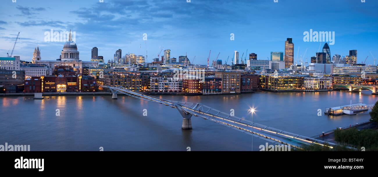 UK London la Cathédrale St Paul et les toits de la ville vue sur la Tamise Photo Stock