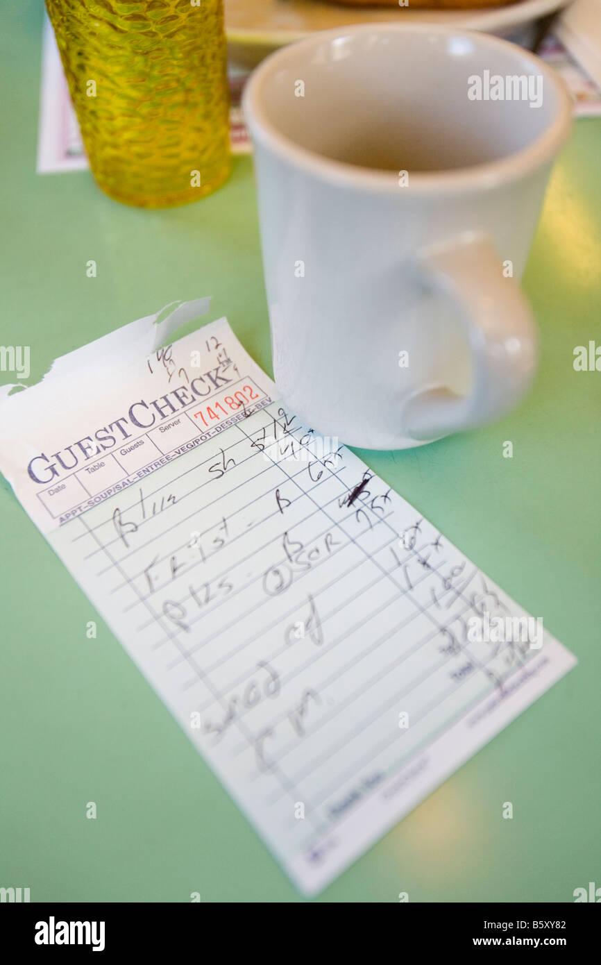 Une vue de l'intérieur d'un restaurant américain et le chèque pour les repas petit déjeuner. Photo Stock