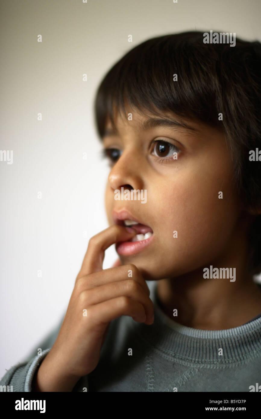 Six ans avec dent wobbly Banque D'Images