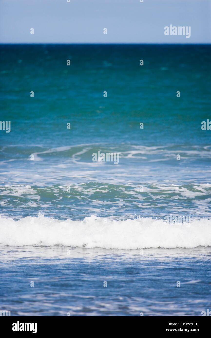 Des vagues sur la plage de la côte ouest de la Nouvelle-Zélande Manawatu Banque D'Images