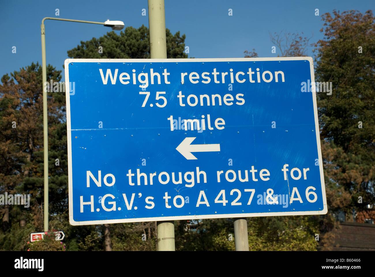 Panneau routier bleu d'avertissement et aucune restriction de poids par la route pour les poids lourds sur une Photo Stock