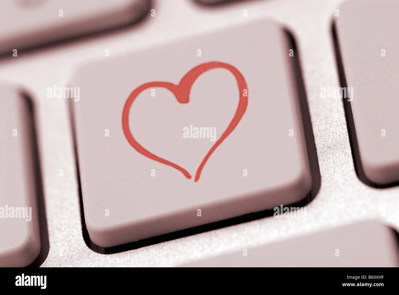 Forme de coeur sur un clavier d'ordinateur, image symbolique pour internet dating Banque D'Images