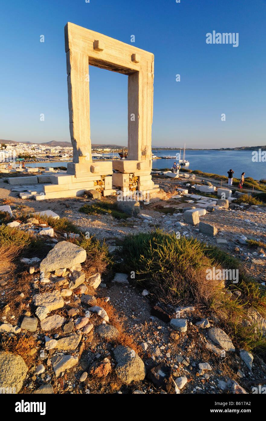Passerelle vers l'antiquité, porte ou géant de Portara le Temple d'Apollon à la ville de Photo Stock