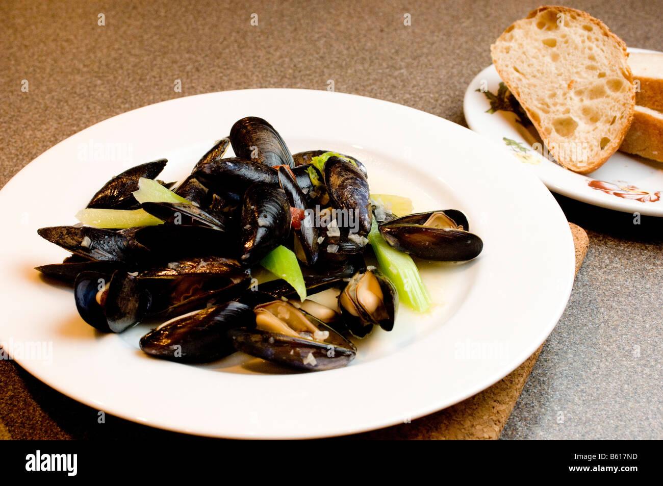 La mariniere de moules a vu sont servis dans un bol généreux Photo Stock