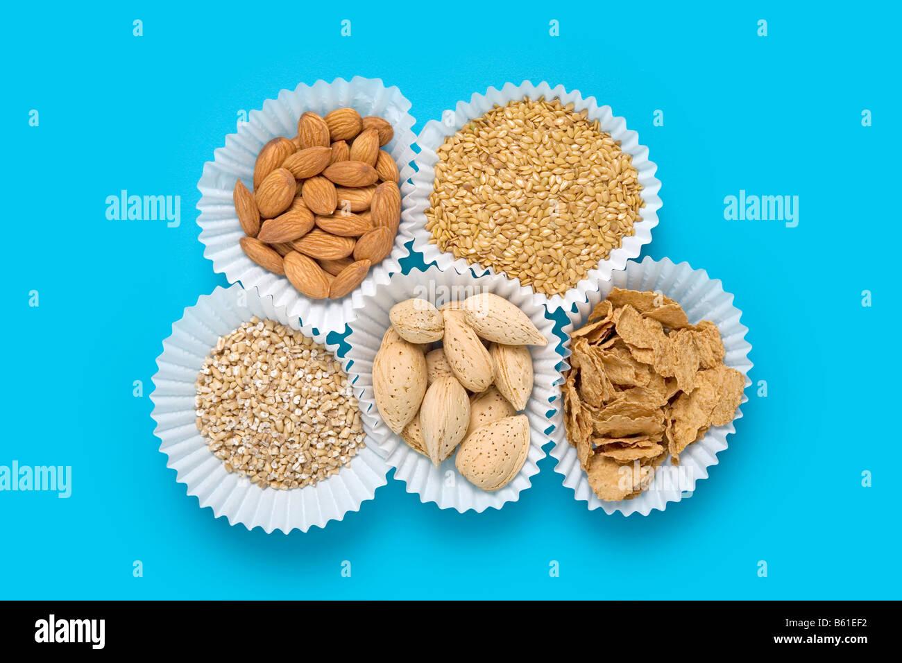 Les graines de lin, amandes, céréales, gruau, couper l'acier Amandes en coques Photo Stock