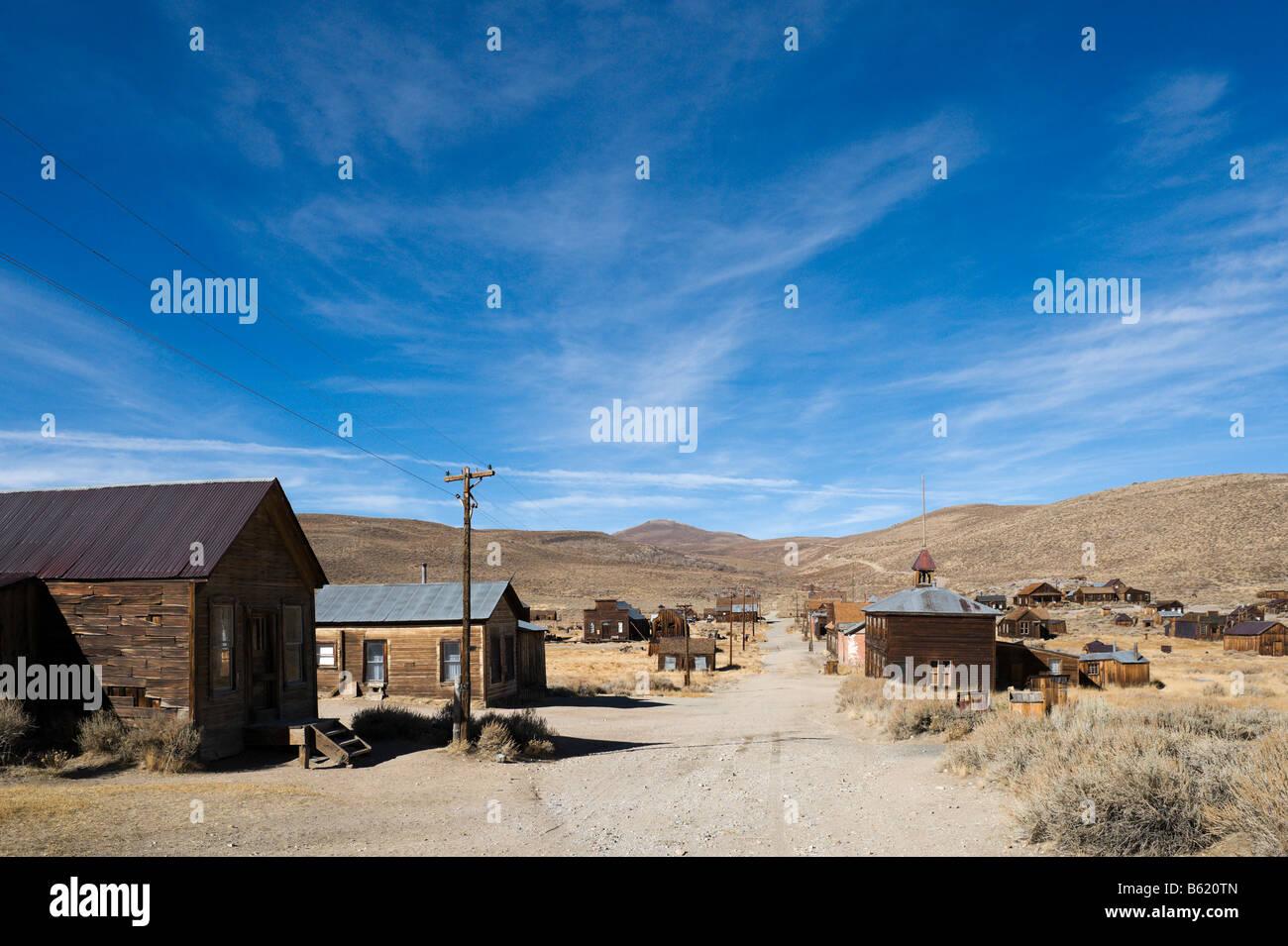 Dans la rue verte 19thC gold mining ville fantôme de Bodie, près de Bridgeport, la Sierra Nevada, en Californie, Photo Stock